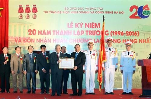 Le PM decore l'Universite de business et de technologie de Hanoi hinh anh 1