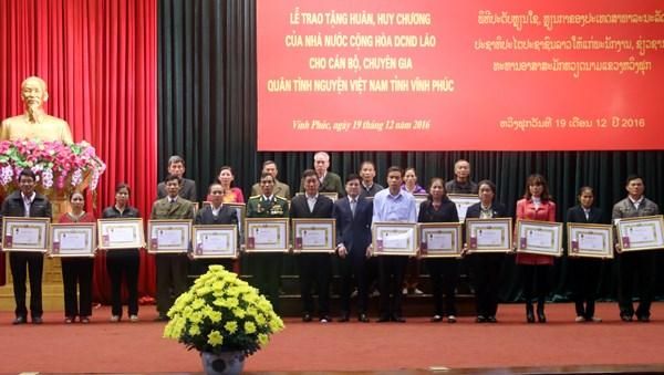 Le Laos honore des volontaires et experts de Vinh Phuc hinh anh 1