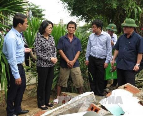 Cadeaux de la vice-presidente a des victimes des inondations catastrophiques de Phu Yen hinh anh 1