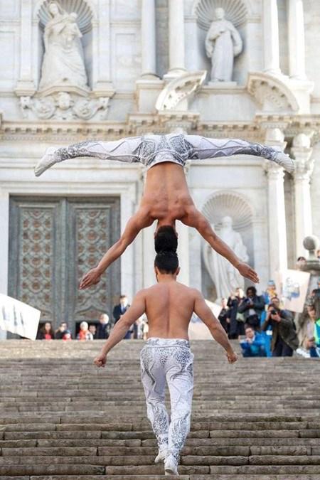Cirque: des artistes du Vietnam etablissent un nouveau record mondial hinh anh 1