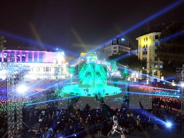 Les Vietnamiens accueillent le Nouvel An dans la joie hinh anh 1