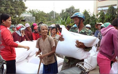 Crues: poursuite de l'aide aux sinistres de Binh Dinh hinh anh 1