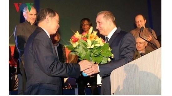 Remise de l'Insigne de la ville francaise de Choisy-le-Roi a l'ambassadeur vietnamien hinh anh 1
