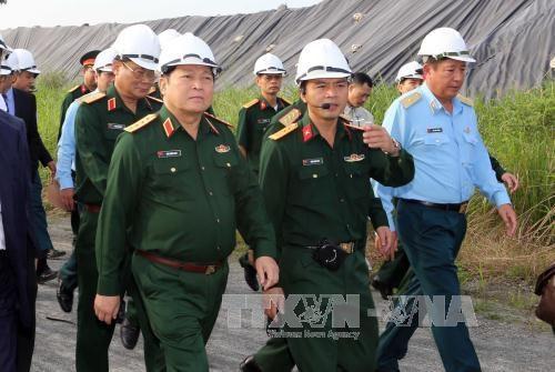 Le ministre Ngo Xuan Lich inspecte le projet de desintoxication de l'aeroport de Da Nang hinh anh 1