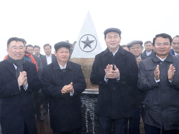 Tran Dai Quang au hissage du drapeau sur le sommet du Fansipan hinh anh 1