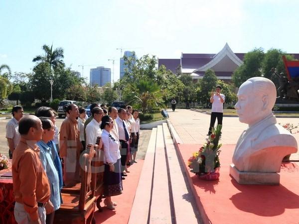 Une entreprise vietnamienne fait don d'un buste du president Souphanouvong au Laos hinh anh 1