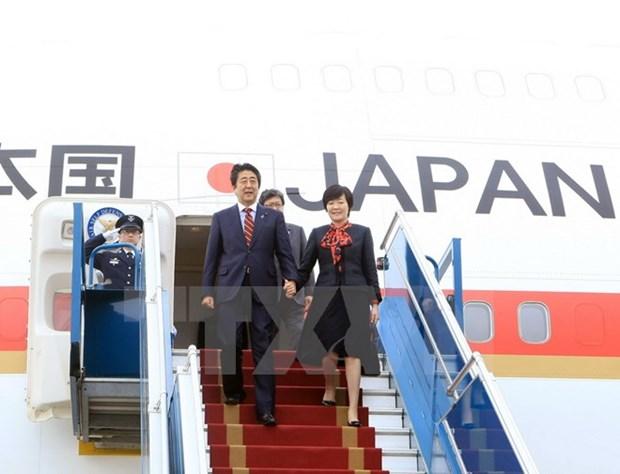 Le PM japonais acheve sa visite officielle au Vietnam hinh anh 1
