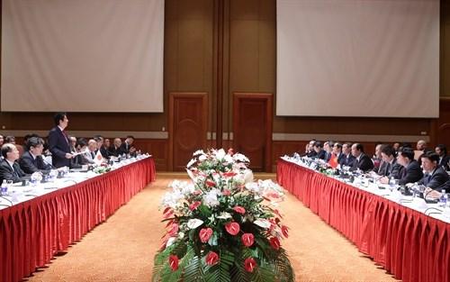 Les PM Nguyen Xuan Phuc et Shinzo Abe copresident un colloque d'entreprises Vietnam-Japon hinh anh 1