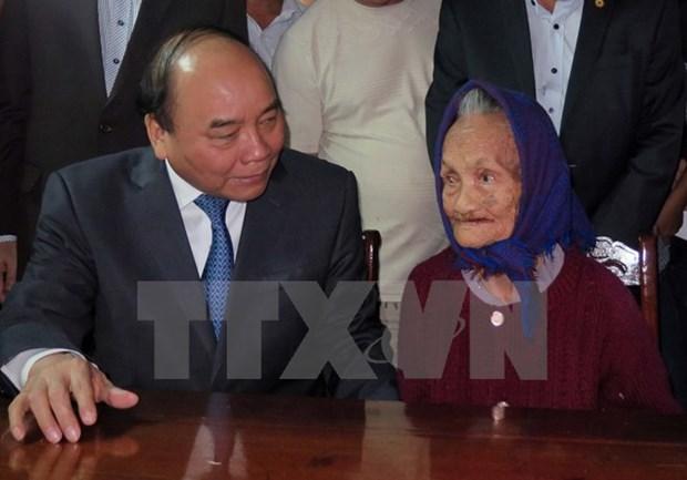 Nguyen Xuan Phuc s'est rendu aupres de familles beneficiaires des politiques sociales hinh anh 1