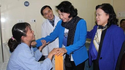 Nguyen Thi Kim Ngan visite l'hopital national de cancerologie hinh anh 1