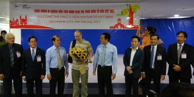 Accueil du premier touriste etranger ayant un visa electronique hinh anh 1