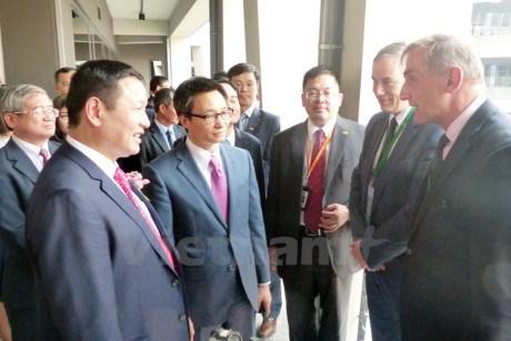 Le vice-Premier ministre Vu Duc Dam visite la zone de hautes technologies de Hoa Lac hinh anh 1
