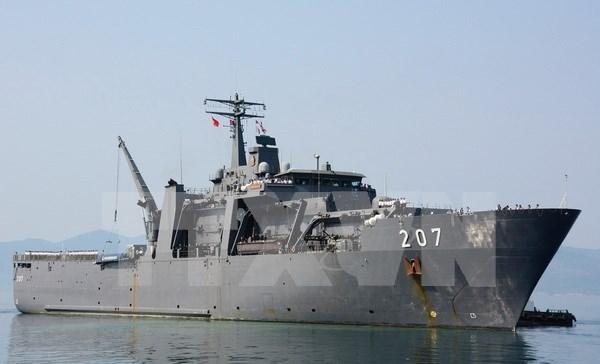Un navire de la Marine singapourienne dans le port de Cam Ranh hinh anh 1