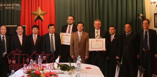 Le Vietnam met a l'honneur deux hommes politiques tcheques hinh anh 1