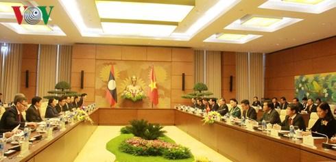 Entretien entre les deux presidentes de l'AN du Vietnam et du Laos hinh anh 1
