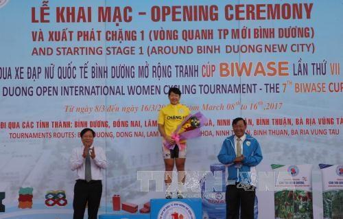 Depart de la course cycliste internationale feminine de Binh Duong 2017 hinh anh 1
