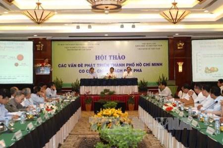 Colloque sur les perspectives de l'economie vietnamienne en 2017 hinh anh 1