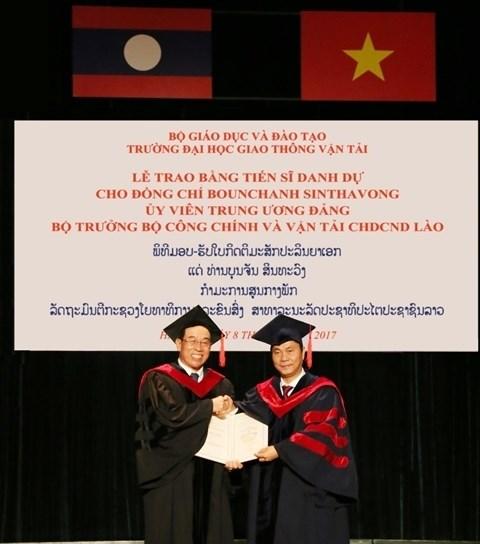 Remise du diplome de docteur honoris causa au ministre laotien des Travaux publics et des Transports hinh anh 1