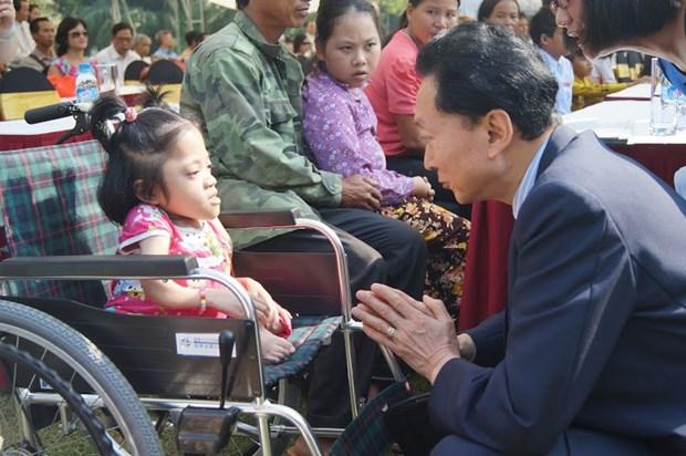 Don de l'ancien Premier ministre japonais aux handicapes vietnamiens hinh anh 1