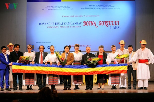La danse traditionnelle roumaine envoute le public hanoien hinh anh 1