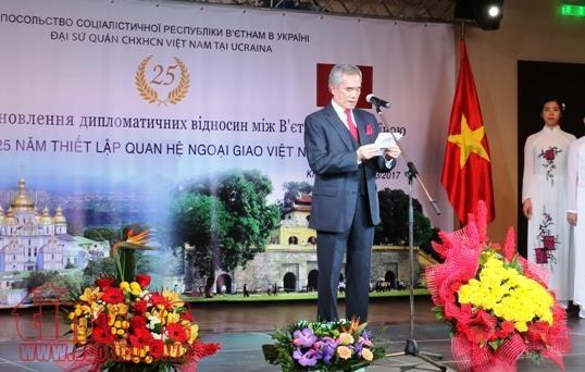 Celebration des 25 ans de l'etablissement des relations diplomatiques Vietnam-Ukraine hinh anh 1