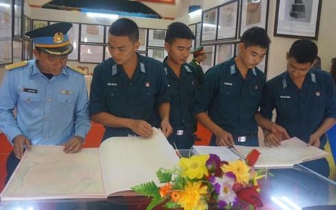 Exposition sur Hoang Sa et Truong Sa dans le district insulaire de Bach Long Vi hinh anh 1