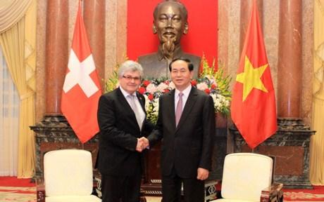 Le Vietnam prend en haute consideration les relations avec la Suisse hinh anh 1
