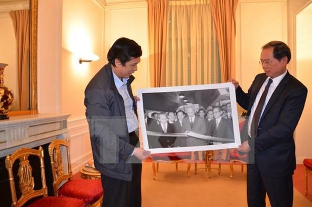 Remise de photos sur le siege de l'ambassade du Vietnam en France hinh anh 1