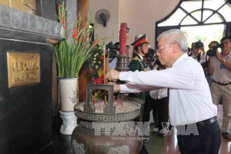 Nguyen Phu Trong offre de l'encens a l'ancien secretaire general du PCV Le Duan a Quang Tri hinh anh 1