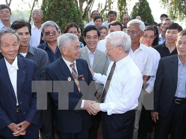 Nguyen Phu Trong offre de l'encens a l'ancien secretaire general du PCV Le Duan a Quang Tri hinh anh 2