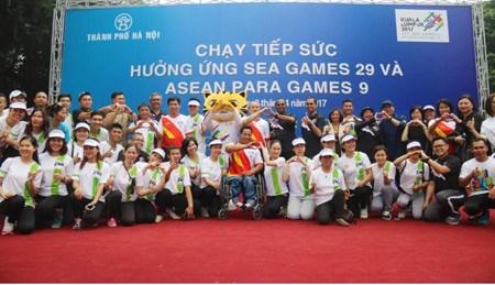 La 6e etape de la course de relais en l'honneur des Sea Games 29 a Hanoi hinh anh 1