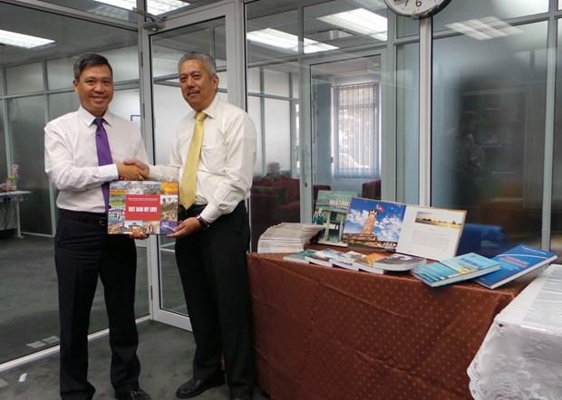 Remise d'ouvrages a la bibliotheque de l'Universite de Brunei Darussalam hinh anh 1