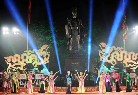 Hanoi : programmes artistiques pour celebrer le 42e anniversaire de la reunification nationale hinh anh 1