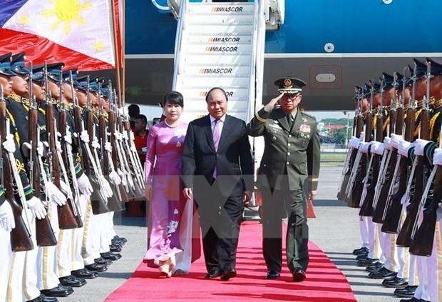 Le PM Nguyen Xuan Phuc arrive aux Philippines pour le 30eme sommet de l'ASEAN hinh anh 1