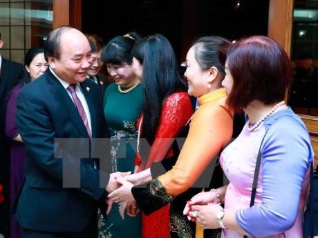 Le PM Nguyen Xuan Phuc se rend a l'ambassade du Vietnam aux Philippines hinh anh 1