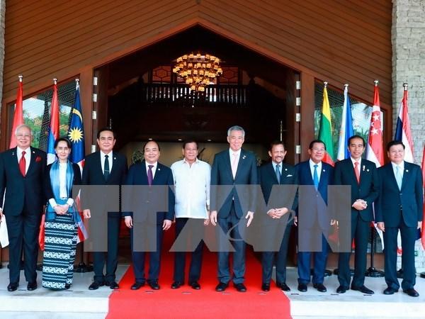 Le PM Nguyen Xuan Phuc termine sa participation au 30e Sommet de l'ASEAN aux Philippines hinh anh 1