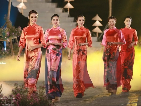 Festival des metiers traditionnels de Hue 2017: la peinture et l'ao dai hinh anh 1