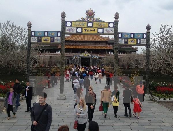 Les vacanciers affluent vers plusieurs sites touristiques hinh anh 1