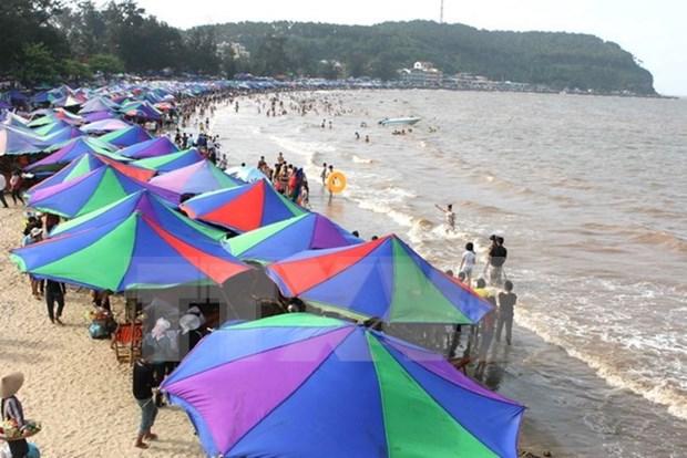 Les vacanciers affluent vers plusieurs sites touristiques hinh anh 2