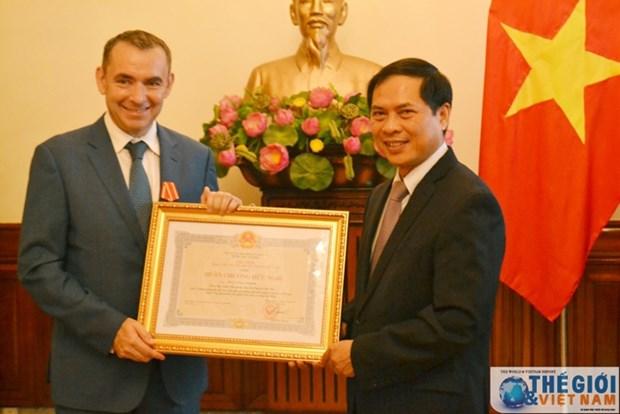 Remise de l'Ordre d'amitie a l'ex-ambassadeur de France au Vietnam hinh anh 1