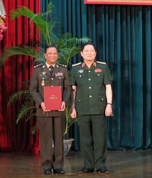 Remise de doctorat a deux generaux cambodgiens hinh anh 1