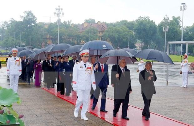 Des dirigeants du Parti et de l'Etat rendent hommage au President Ho Chi Minh hinh anh 1