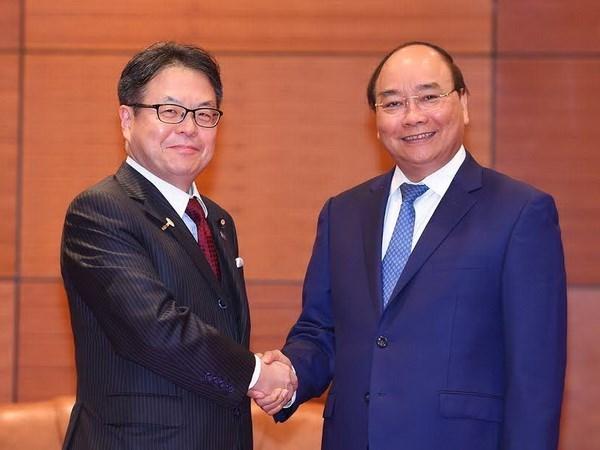 Le Premier ministre Nguyen Xuan Phuc recoit le ministre japonais du Commerce hinh anh 1
