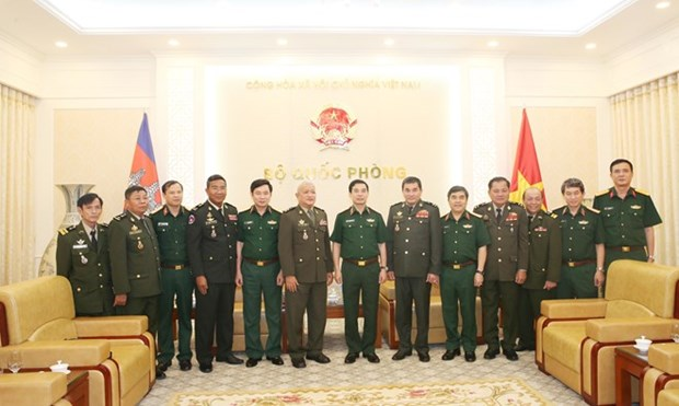 Visite de travail des officiers de defense cambodgiens a Hanoi hinh anh 1