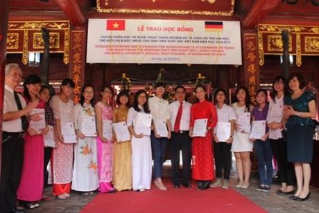Remise de bourses d'etudes allemandes a des etudiants vietnamiens hinh anh 1