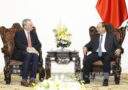Le PM Nguyen Xuan Phuc recoit le president executif du groupe Alphabet hinh anh 1