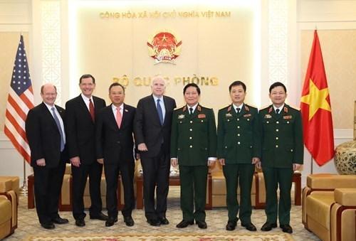 Le ministre de la Defense Ngo Xuan Lich recoit le senateur americain John McCain hinh anh 1