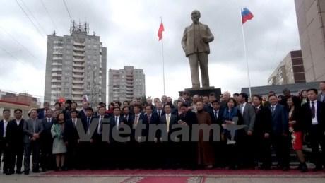 Inauguration de la statue du President Ho Chi Minh dans la ville d'Oulianov en Russie hinh anh 1