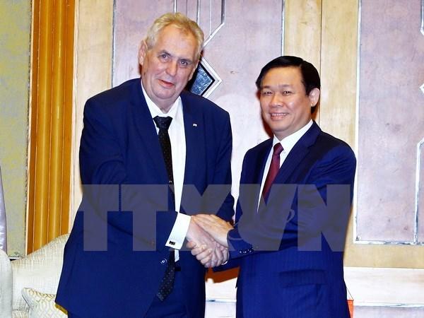 Des dirigeants vietnamiens recoivent le president tcheque Milos Zeman hinh anh 3