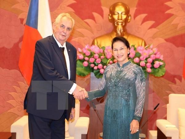 Des dirigeants vietnamiens recoivent le president tcheque Milos Zeman hinh anh 2